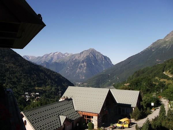 Dans la montée de Vaujany, en se retournant : le Massif du Taillefer.