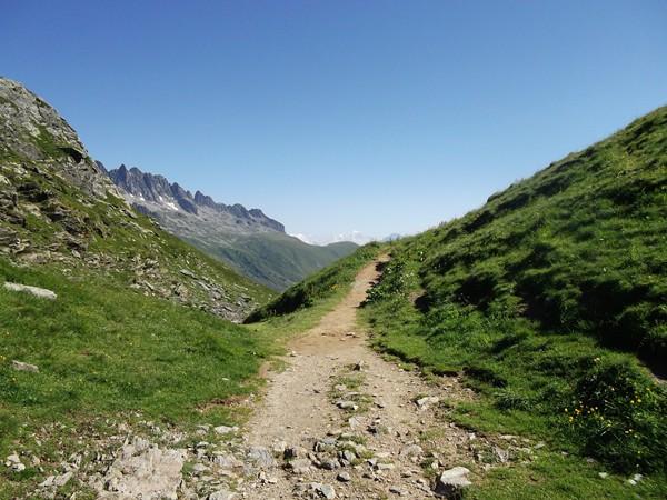 On peut suivre à pied un petit sentier pour découvrir d'abord les Aiguilles de l'Argentière...