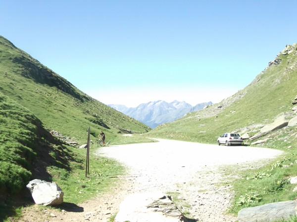 En se retournant, vue sur le Col du Sabot. La voiture appartient au berger.