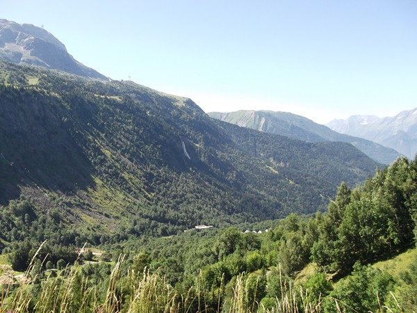 Vue sur la Vallée de Vaujany. Au centre, la Cascade de la Fare.