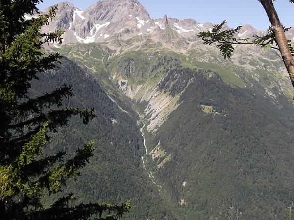 On peut aperçevoir sur l'autre versant de la Vallée de Vaujany, l'Enversin d'Oz près de 600 m plus bas.