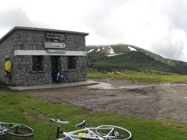 Col de Pailhères - 2001 m. Il y a un sacré vent et ça caille !