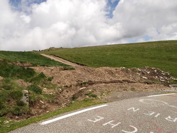 L'accès au Col des Trabesses. Il faut franchir un fossé.