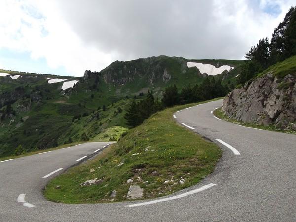 Le Col de Pailères est juste derrière cette barre rocheuse.