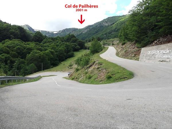 Dans un lacet à 1377 m d'altitude, on devine le Col de Pailhères 624 m plus haut.