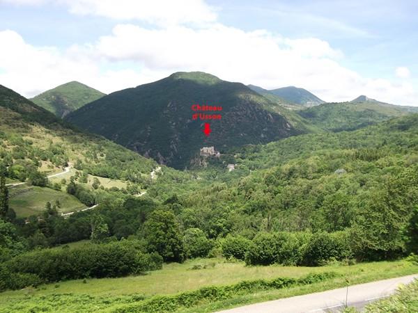 Une autre vue du Château d'Usson un peu plus haut après Rouze. Derrière, le Pic de Pujeguère - 1367 m.