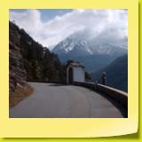 Un oratoire sur le bord de la route, derrière un ravin vertigineux, peut-être pour prier un saint qui protège les cyclos !