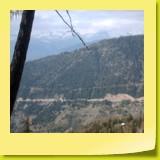 Vue sur la route de l'autre côté de la vallée juste avant le pont de Ganter.