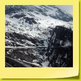 Un rocher stoppe la progression des paravalanches. En fait, la route passe dans un tunnel.