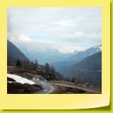 En jetant un regard en arrière, on découvre une vue magnifique sur les Alpes bernoises avec le Bietschhorn et les pentes recouvertes de glaciers du Fletschhorn et du Weissmies, hauts de plus de 4000 mètres.