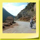 Fin de la vieille route entre plusieurs billots de bois remontés du fond de la vallée.