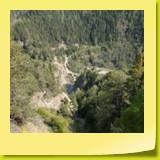 Tout au fond de la vallée, une piste forestière passe par un pont pas très rassurant du tout...
