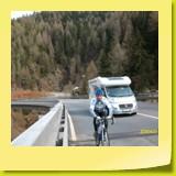La route est très large et les véhicules peuvent doubler sans problème.