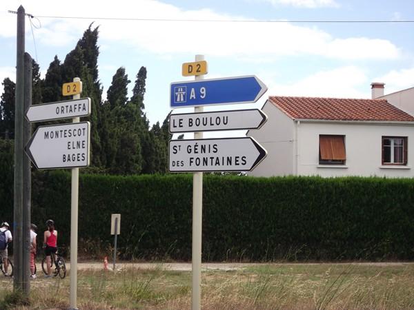 Sur le panneau, il y a St Génis de Fontaine : un petit clin d'oeil à Baptiste - C'est Dur le Vélo !
