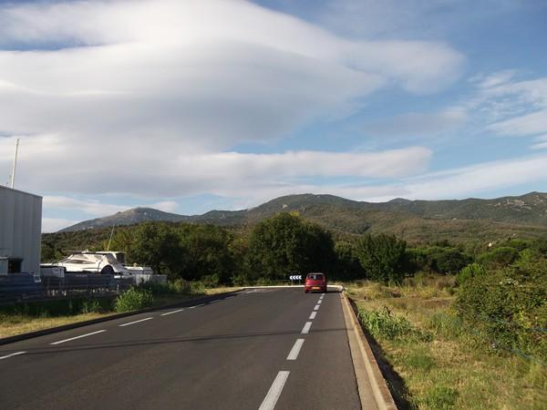 A la sortie d'Argelès Plage, vue sur les premeirs sommets du Massif des Albères.
