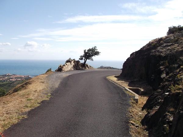 Asphalte impeccable mais la route n'est pas très large.