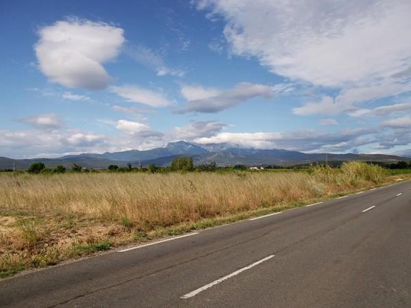 ... en face, le Pic du Canigou mais son sommet est dans les nuages.