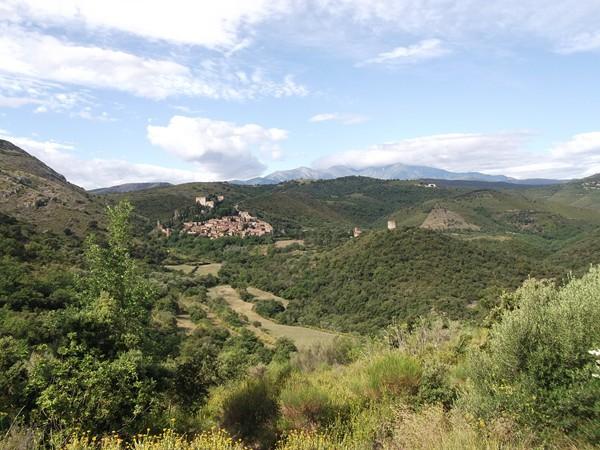 Castelnou et juste derrière, le Pic du Canigou.