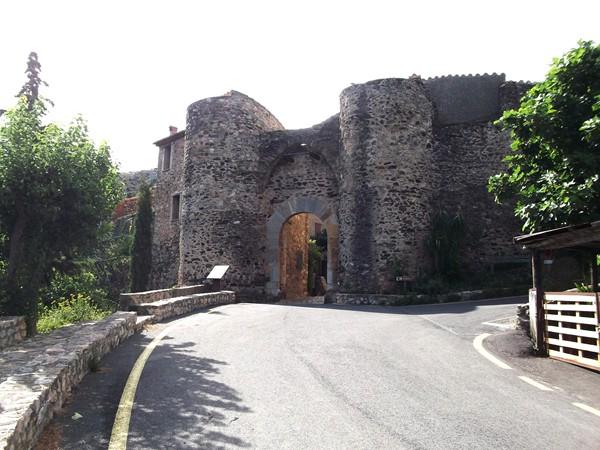 L'entrée de Castelnou. Rien de renversant, pourtant juste avant, j'ai chuté à la perpendiculaire !